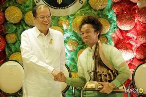Rusty Quintana shakes hand with President Noynoy Aquino as he receives Dire Husi's award as one of the Ten Accomplished Youth Organizations in the Philippines